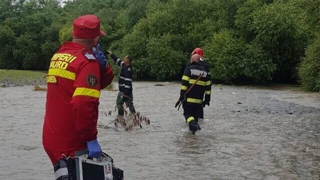 Un bărbat a rămas câteva ore agățat în vegetația unui râu. Câinele a lătrat pentru a-i ajuta pe pompieri să-i găsească - Imaginea 3