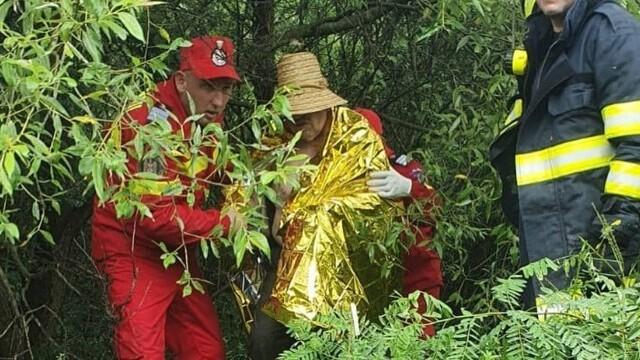 Un bărbat a rămas câteva ore agățat în vegetația unui râu. Câinele a lătrat pentru a-i ajuta pe pompieri să-i găsească - Imaginea 4