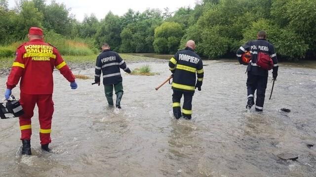 Un bărbat a rămas câteva ore agățat în vegetația unui râu. Câinele a lătrat pentru a-i ajuta pe pompieri să-i găsească - Imaginea 5