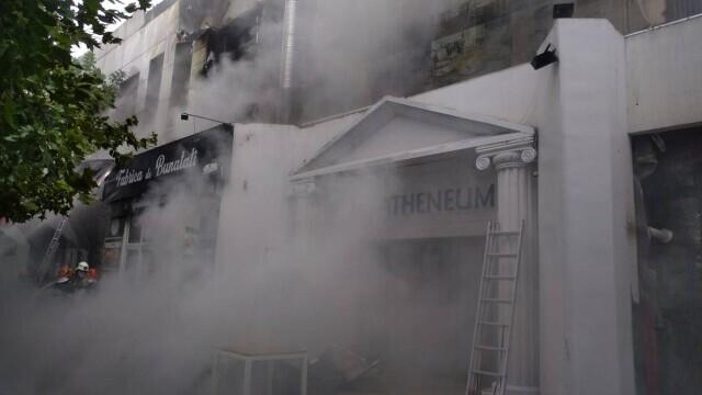Incendiu la complexul de la Piaţa Delfinului din Bucureşti. 65 de persoane au fost evacuate - Imaginea 1