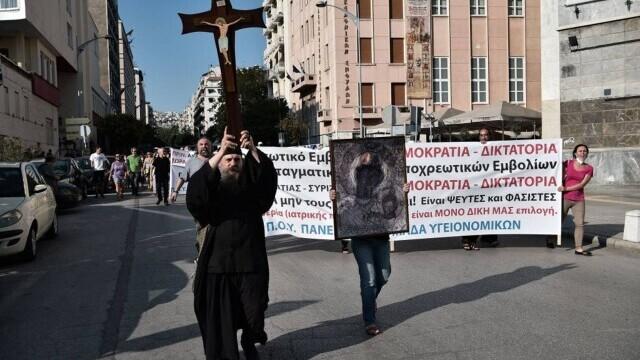 Proteste cu icoane și cruci uriașe în Grecia. Oamenii manifestează împotriva vaccinării obligatorii a îngrijitorilor - Imaginea 1