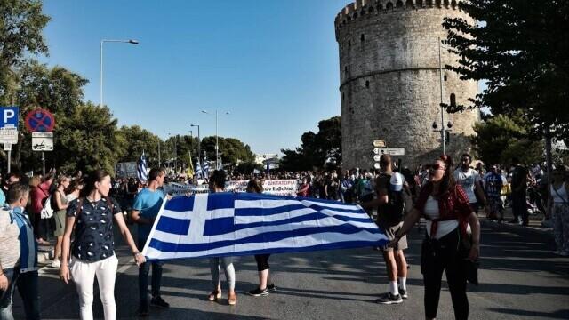 Proteste cu icoane și cruci uriașe în Grecia. Oamenii manifestează împotriva vaccinării obligatorii a îngrijitorilor - Imaginea 2
