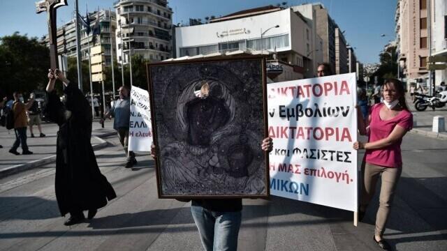 Proteste cu icoane și cruci uriașe în Grecia. Oamenii manifestează împotriva vaccinării obligatorii a îngrijitorilor - Imaginea 3