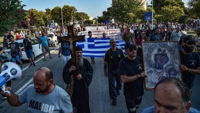 Proteste cu icoane și cruci uriașe în Grecia. Oamenii manifestează împotriva vaccinării obligatorii a îngrijitorilor - Imaginea 4