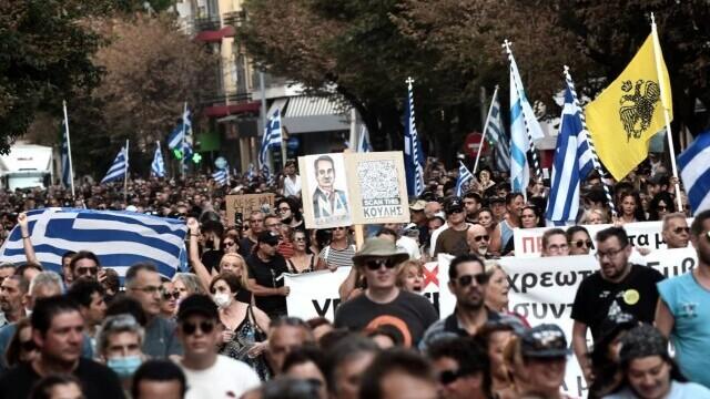 Proteste cu icoane și cruci uriașe în Grecia. Oamenii manifestează împotriva vaccinării obligatorii a îngrijitorilor - Imaginea 5
