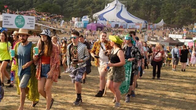Mii de tineri participă la un festival de muzică în UK, fără restricții. GALERIE FOTO - Imaginea 2