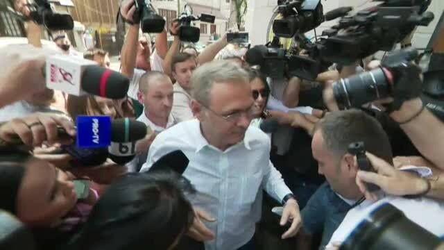 VIDEO. Violențe la DNA, unde a fost chemat Liviu Dragnea. Câțiva tineri au dat cu pumnii - Imaginea 2