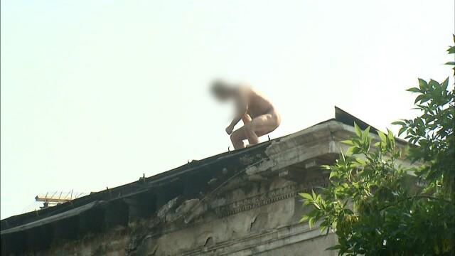 Protest extrem in Capitala. Un barbat gol da cu pietre in trecatori. Afla motivul