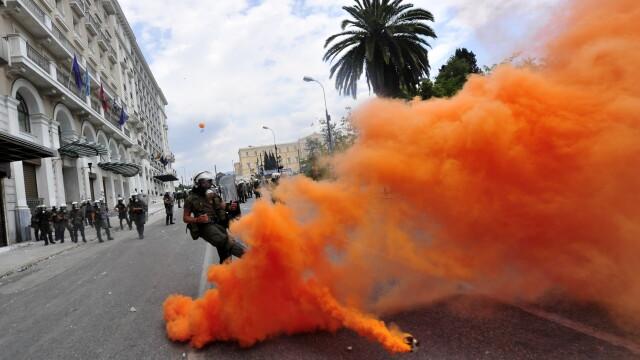 Un roman a fost retinut la Atena. Manifestantii din piata Syntagma, evacuati dupa doua luni