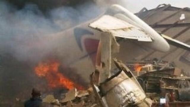 Cel putin 153 de oameni au murit dupa ce un Boeing s-a prabusit intr-un cartier din Nigeria. VIDEO - Imaginea 3