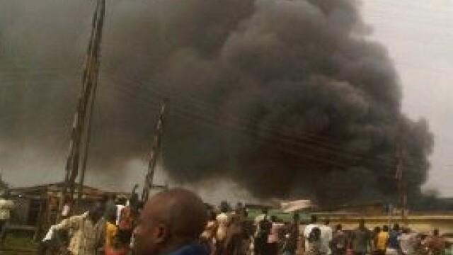 Cel putin 153 de oameni au murit dupa ce un Boeing s-a prabusit intr-un cartier din Nigeria. VIDEO - Imaginea 2
