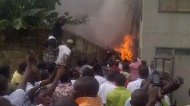 Cel putin 153 de oameni au murit dupa ce un Boeing s-a prabusit intr-un cartier din Nigeria. VIDEO - Imaginea 1