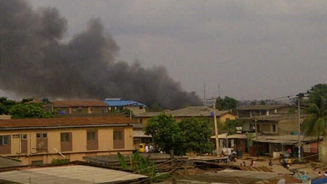 Cel putin 153 de oameni au murit dupa ce un Boeing s-a prabusit intr-un cartier din Nigeria. VIDEO - Imaginea 5