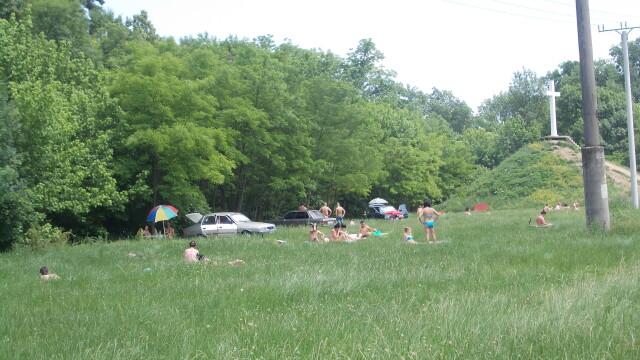 Timisorenii sarbatoresc Rusaliile la iarba verde cu mici si bere. Altii se racoresc la strand - Imaginea 6