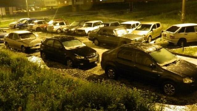 Ploaie si grindina cat pumnul intr-un oras din Rusia. Cum s-a transformat o parcare dupa furtuna