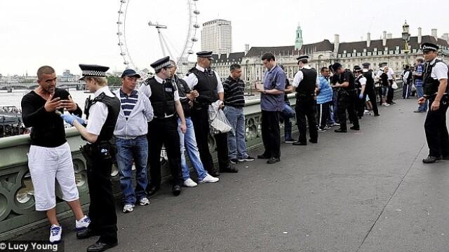 Politia londoneza a arestat 12 romani care pacaleau turistii cu jocul alba-neagra. GALERIE FOTO - Imaginea 1