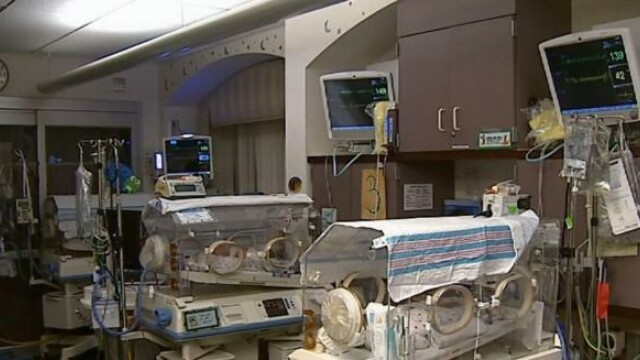 bebelusi in incubator
