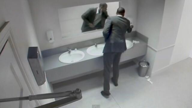 VIDEO. Farsa de groaza. Ce au vazut clientii unui pub, in timp ce se aflau la toaleta