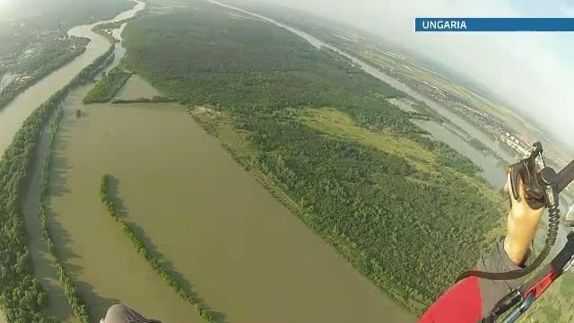 Voluntarii romani au salvat un intreg cartier rezidential din Budapesta de inundatiile devastatoare