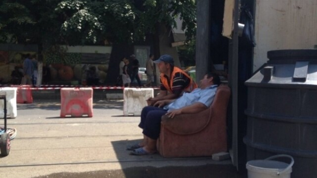 Imaginea zilei in Capitala. Cum dorm muncitorii ce ar trebui sa reabiliteze liniile de tramvai. FOTO