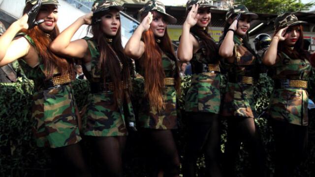 Seful juntei militare care a preluat puterea in Thailanda se promoveaza cu femei sexy in uniforma de soldati