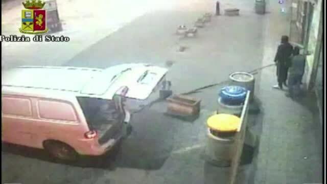 Imagini camera de supraveghere. Bancomat furat cu toporul si franghia - doi romani arestati in Italia