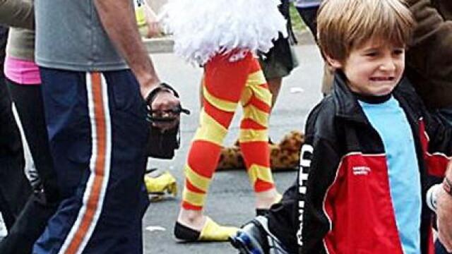 Fotografia facuta la Festivalul Glastonbury, devenita un viral pe internet. Ce ii provoaca reactia de dezgust copilului. FOTO