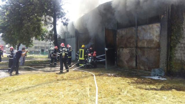 Incendiu la un depozit de produse chimice din Bucuresti. A fost nevoie de 25 de masini de pompieri ca sa il stinga - Imaginea 4