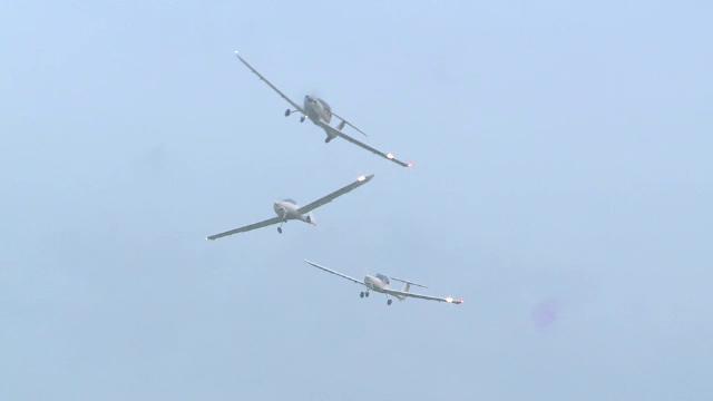 Show aviatic la Iasi. Trei avioane de lupta si mai multi parasutisti au tinut spectatorii cu ochii spre cer