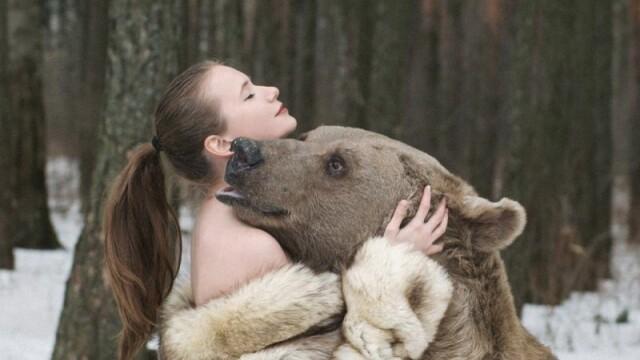 Au pozat aproape goale langa un urs de 635 de kilograme. Motivul pentru care aceste rusoaice si-au riscat viata