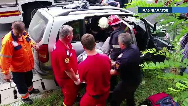 Doi copii, raniti intr-un accident. Masina in care se aflau a fost lovita puternic de un alt autoturism