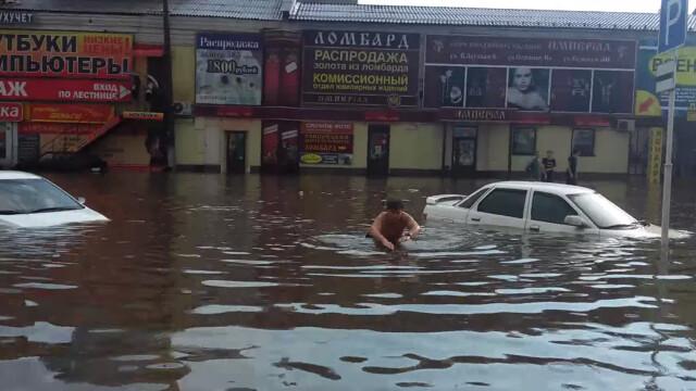 Inundatii uriase in Rusia din cauza ploilor de vara. Pe strazile unui mare oras oamenii au INOTAT printre masini. VIDEO