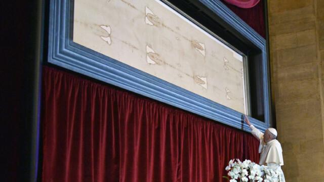 Papa Francisc s-a inchinat la giulgiul care ar fi acoperit trupul Mantuitorului. Ce spune Biserica despre aceasta relicva