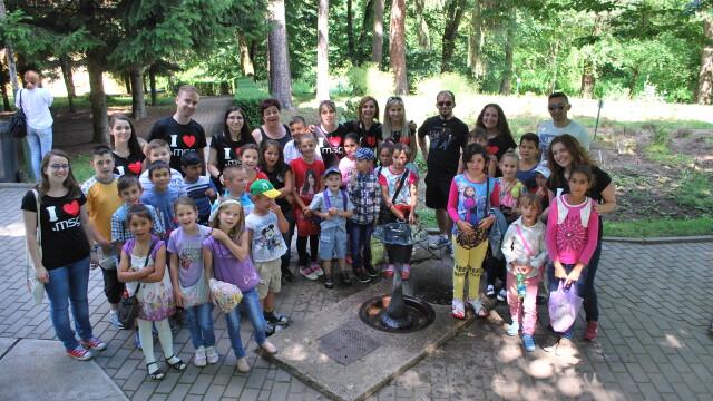 Cand cei mari ii ajuta pe cei mici. 30 de copii de la sate s-au bucurat de o excursie gratuita la sfarsit de an scolar - Imaginea 1