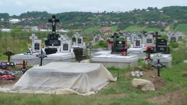 Au dezgropat un barbat mort acum 2 ani si au luat bijuteriile, dar nu s-au oprit aici. Pentru ce au fost retinuti doi tineri
