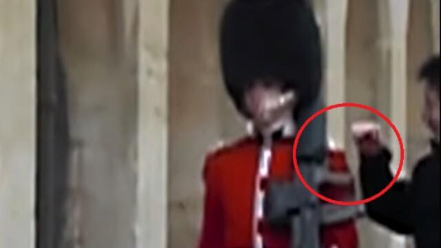 Un clip care te va convinge sa nu atingi niciodata un soldat din Garda Reginei Marii Britanii
