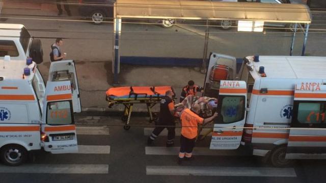 O femeie de 28 de ani, mama a 5 copii, l-a nascut pe cel de-al 6-lea in statia de tramvai. Imagini surprinse in Timisoara - Imaginea 1