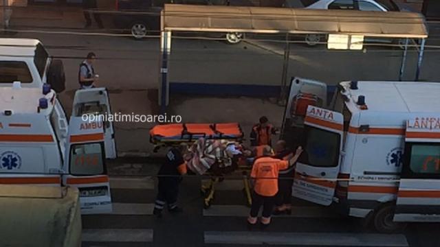 O femeie de 28 de ani, mama a 5 copii, l-a nascut pe cel de-al 6-lea in statia de tramvai. Imagini surprinse in Timisoara - Imaginea 3