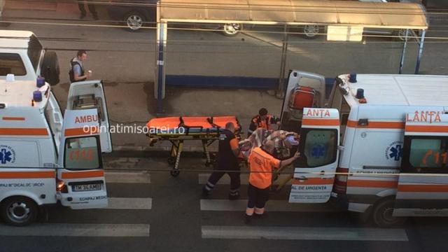 O femeie de 28 de ani, mama a 5 copii, l-a nascut pe cel de-al 6-lea in statia de tramvai. Imagini surprinse in Timisoara - Imaginea 4