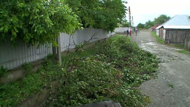 O tornada cu latimea de 60 de metri a lovit o localitate din Romania. Prapadul lasat in urma