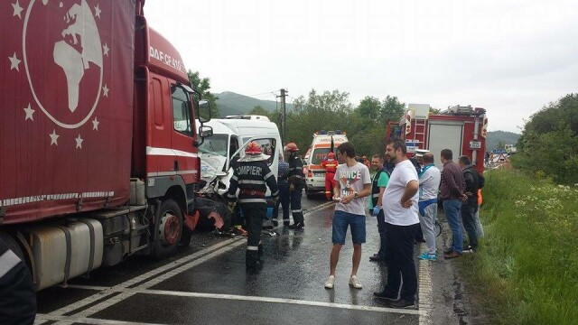 PLAN ROSU de interventie, in Hunedoara, in urma unui accident rutier. Noua persoane au ajuns la spital