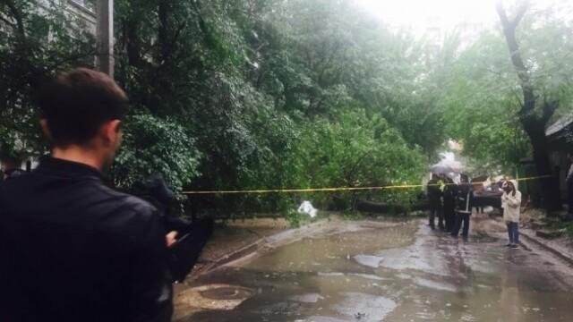 Ploile torentiale au facut o victima in Chisinau. Mai multe persoane sunt prinse intr-o masina strivita de un arbore