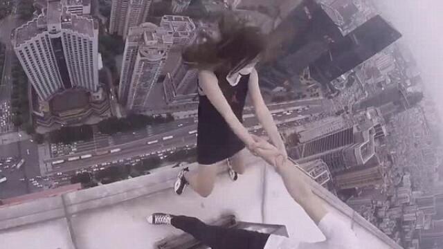 Momentul in care un cuplu atarna pe marginea unui zgarie-nori in China: ce se intampla cu ei in urmatoarele secunde. VIDEO