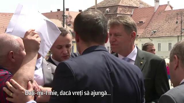 Barbatul care i-a aruncat cerneala pe fata lui Emil Constantinescu l-a asaltat si pe Iohannis. Reactia sefului statului