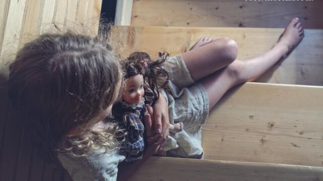 Fetita de 6 ani, batjocorita de iubitul mamei sale la indemnul acesteia. Explicatia data de vecini