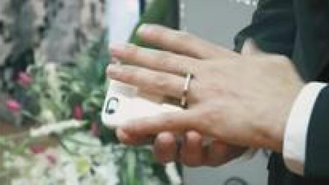 Un artist s-a casatorit cu telefonul sau in Las Vegas. Cum a reactionat insa proprietarul capelei