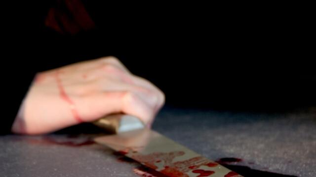 femeie cu un cutit in mana