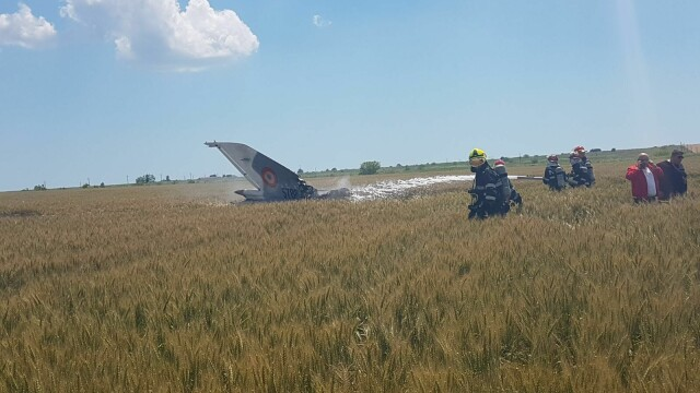 Un avion MIG 21 Lancer s-a prabusit in Constanta. Pilotul nu isi simte picioarele, iar marti va fi operat - Imaginea 1