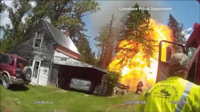 Explozie puternica provocata de o cisterna de propan, in timpul unui incendiu. Deflagratia, filmata de un pompier