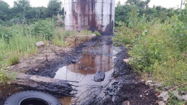 80 de tone de reziduuri petroliere s-au scurs pe terenul unei foste rafinarii din Ramnicu Sarat. Sanctiuni record anuntate